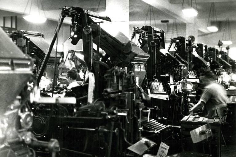 foto em preto e branco de máquinas antigas, grandes e de metal