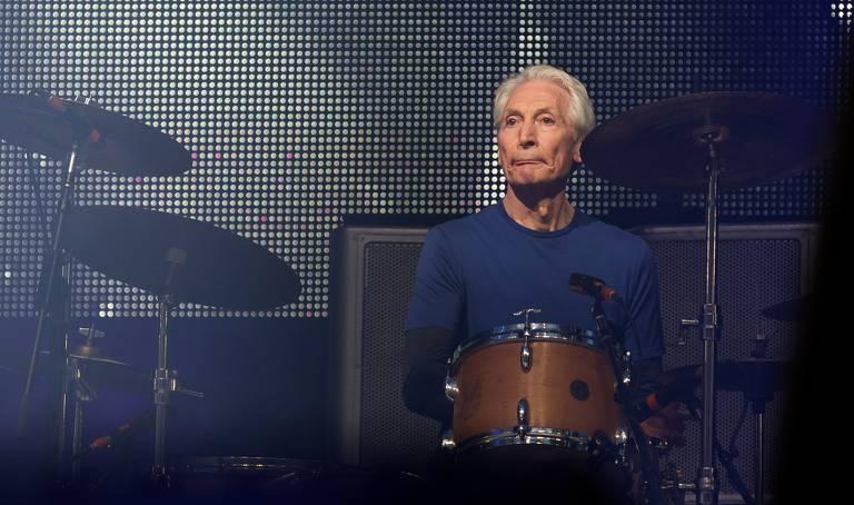 Charlie Watts, baterista dos Stones morto aos 80, já não iria participar da nova turnê
