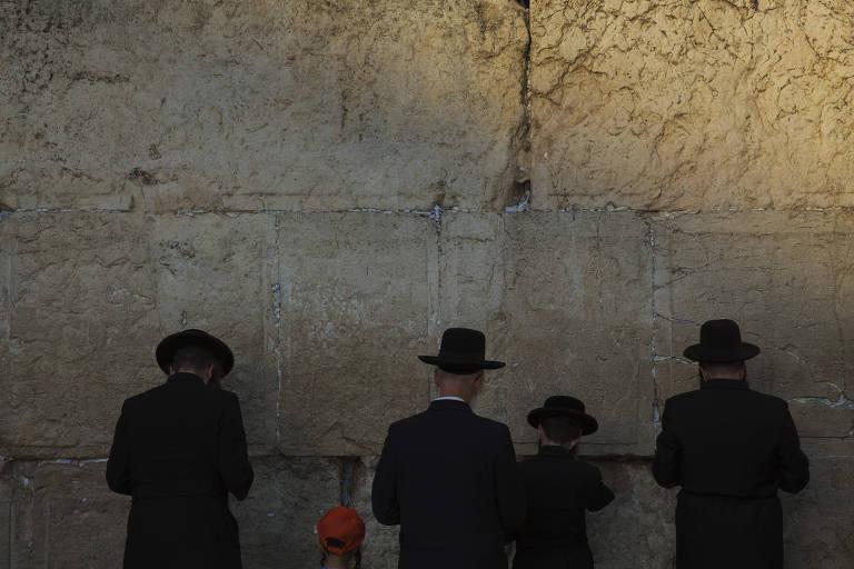 Judeus oram no Muro das Lamentacões, em Jerusalem
