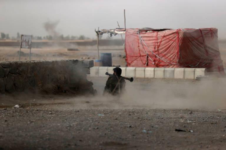 Soldado afegão dispara granada propelida por foguete