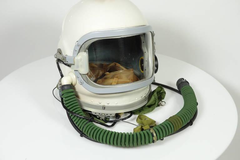 Veja capacetes de astronauta expostos na 'Space Adventure'