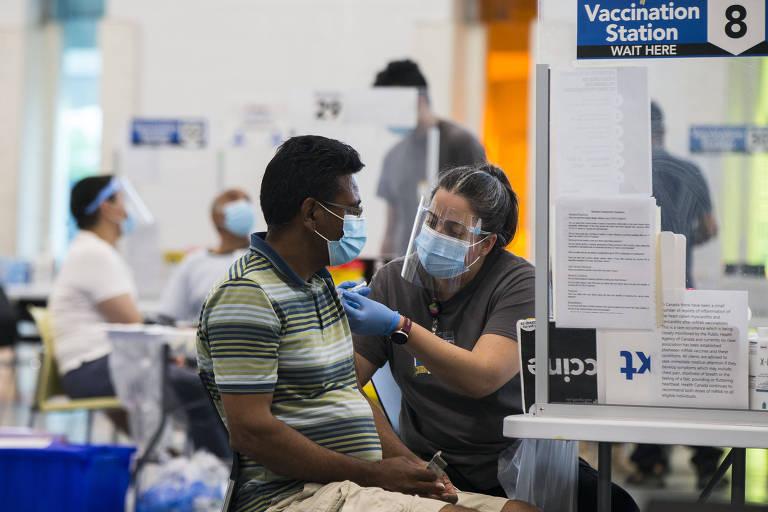Mais vacinado e menos polarizado, Canadá tem nova onda de Covid menor que a dos EUA