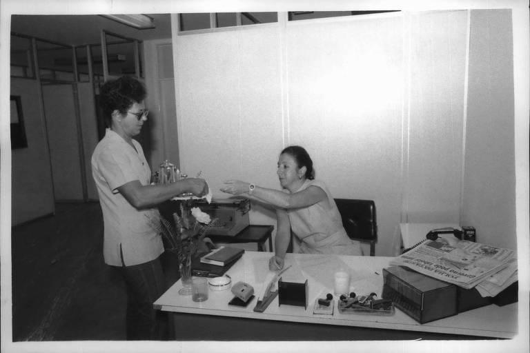 SÃO PAULO, SP, BRASIL, 04.02.1986: Martinha da Silva (esq.) e Vera Lia, secretária do Sr. Frias, na secretaria da Direção, do jornal Folha de S. Paulo, em São Paulo (SP).  (Foto: Jorge Araújo/Folhapress. Negativo: 1820/1986)