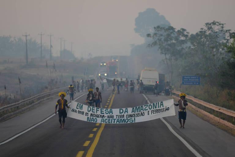 Em meio à fumaça, indígenas Kayapó protestam na BR-163, em agosto de 2020