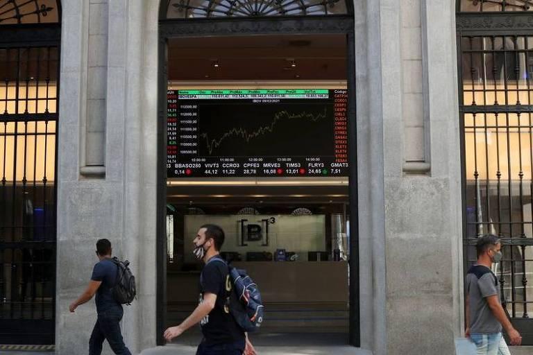 Investimento estrangeiro em Bolsa cai 77% em julho com cenário instável no Brasil