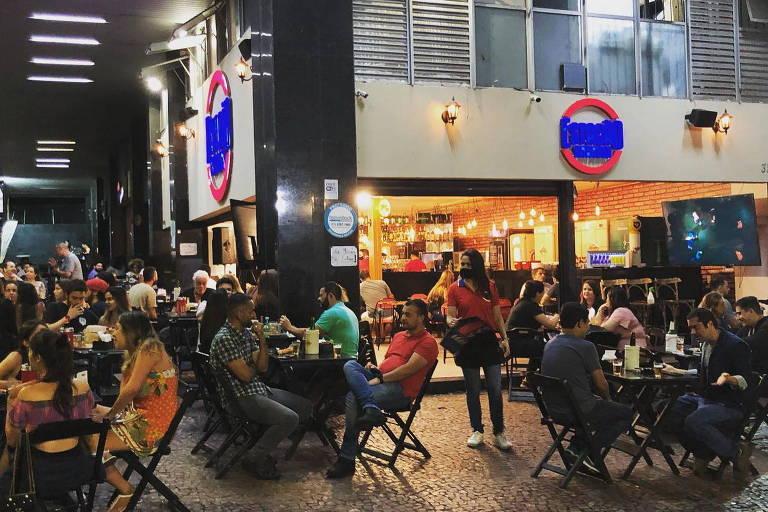 Mesas na calçada em frente ao bar Estação Savassi em Belo Horizonte