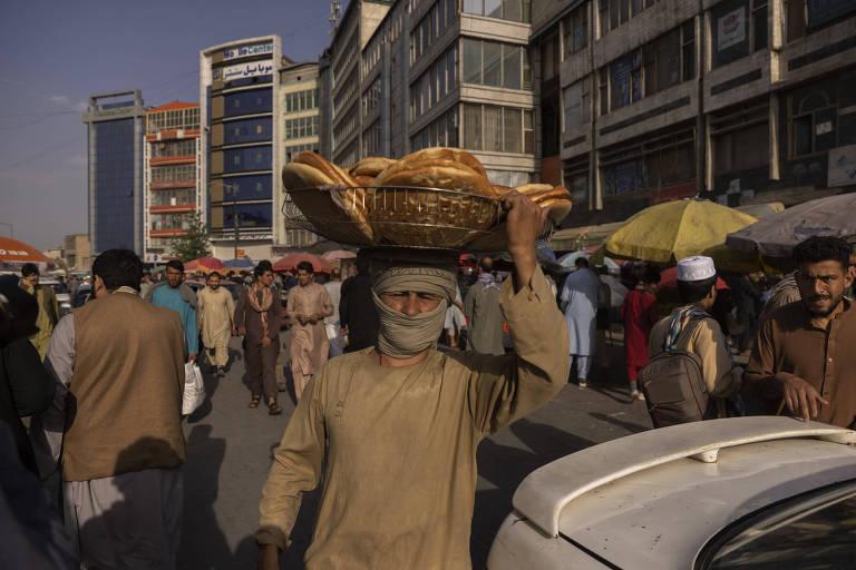 Vendedor de pão nas ruas de Cabul, capital do Afeganistão, país cujo controle foi retomado pelo Talibã