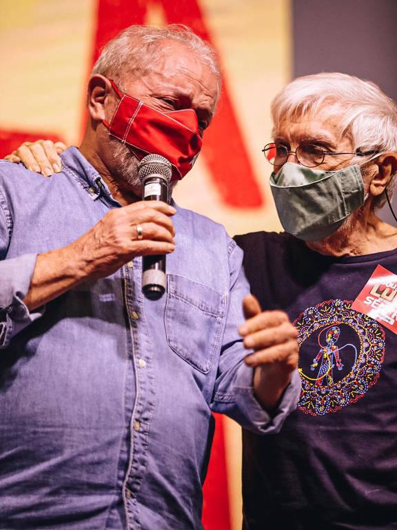 """Ex-presidente Lula ao lado de Hilton Acioli, autor do jingle """"Lula lá"""", em Natal (RN), nesta terça (24)"""