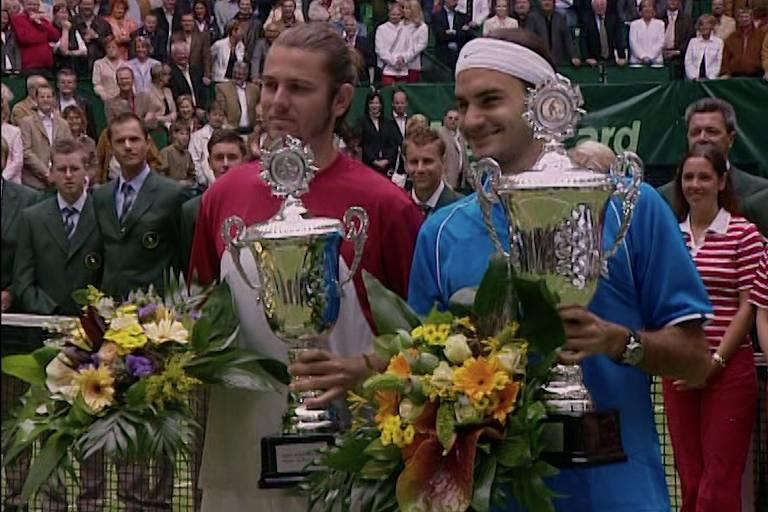 Mandy Fish (à esq) após partida contra Roger Federer