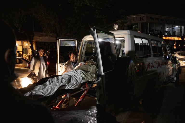 Estado Islâmico ataca aeroporto de Cabul, deixa ao menos 73 mortos e trava retirada do Afeganistão