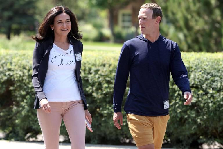 Mark Zuckerberg e Sheryl Sandberg caminham lado a lado