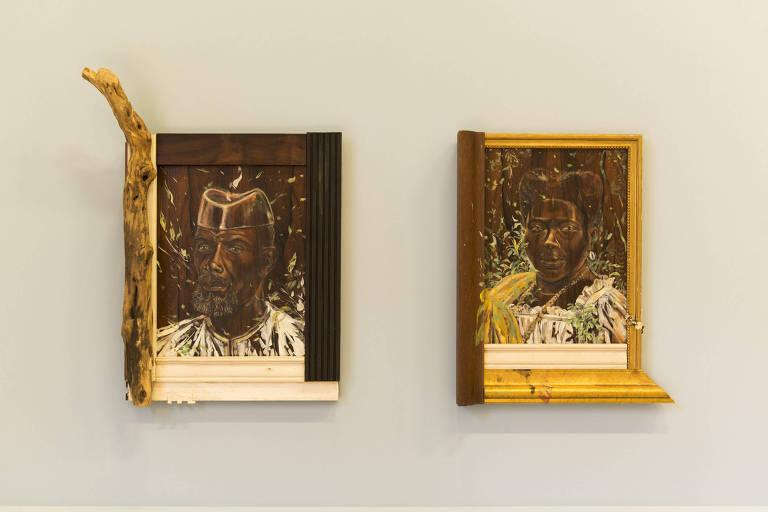 Dois quadro na parede da exposição com um homem e uma mulher