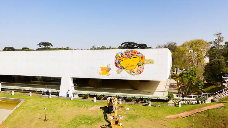 Pintura dos grafiteiros Osgêmeos no Museu Oscar Niemeyer