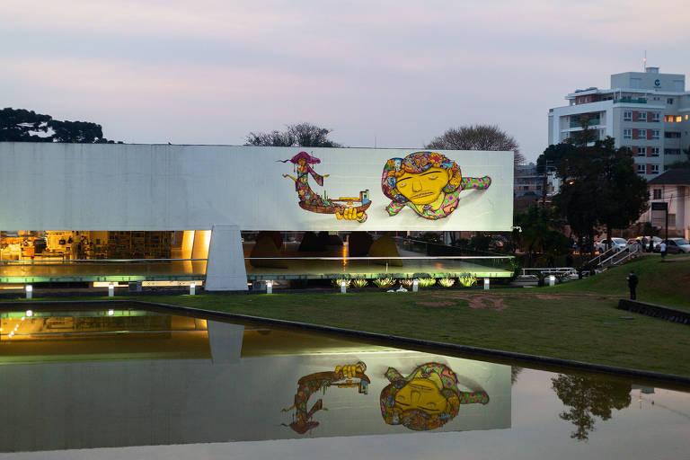 Grafite de Osgêmeos no Museu Oscar Niemeyer deixa bisneto do arquiteto 'em prantos'
