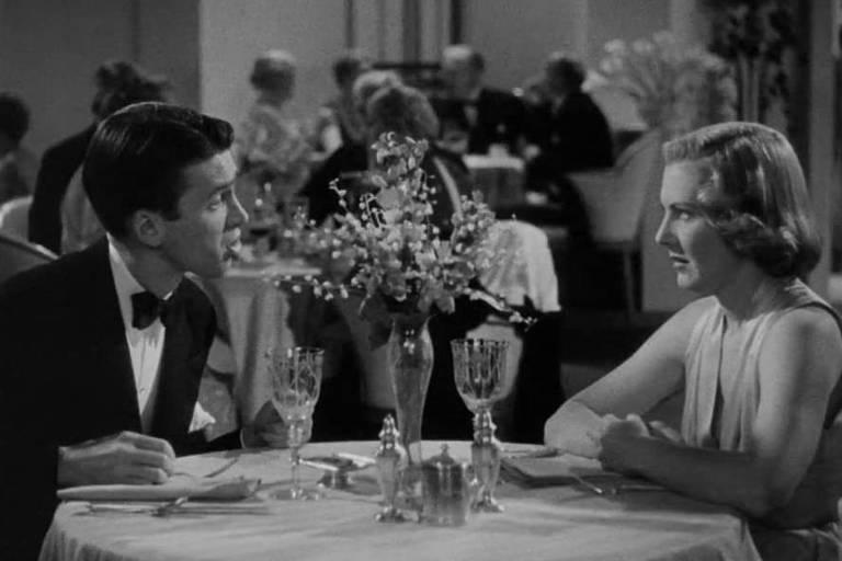 """Os atores James Stewart e Jean Arthur em cena de """"Do Mundo Nada se Leva"""", dirigido por Frank Capra"""