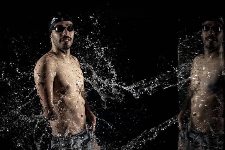 De lado e com roupa de natação, Daniel Dias posa para a foto em pé, com água batendo sobre seu corpo