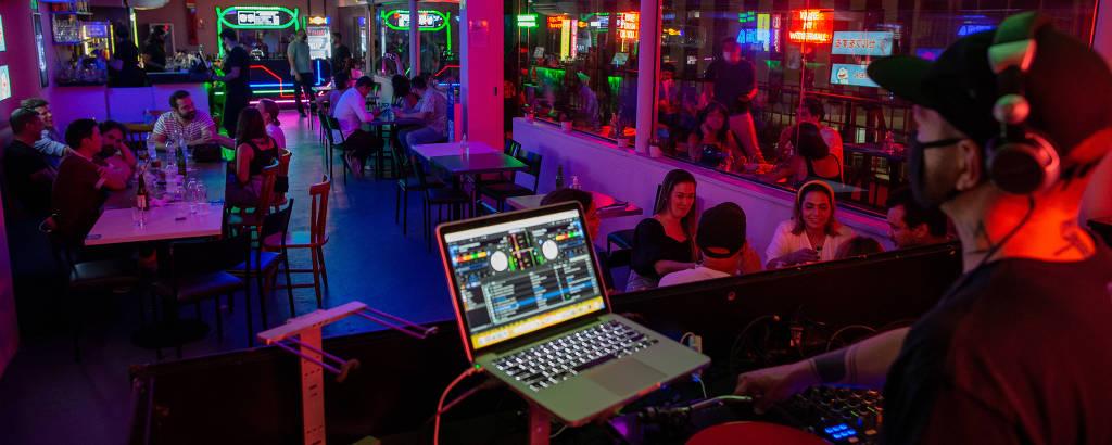 DJ na Tokyo, balada no centro de São Paulo, que funciona de madrugada com mesas na pista