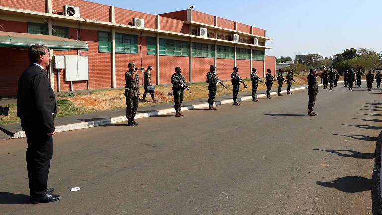 Em Goiânia, Bolsonaro dedicou a agenda desta sexta-feira (27) a um evento militar e participou de nova motociata