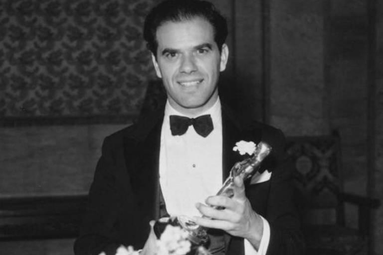 O diretor Frank Capra com um dos Oscar que recebeu em sua carreira