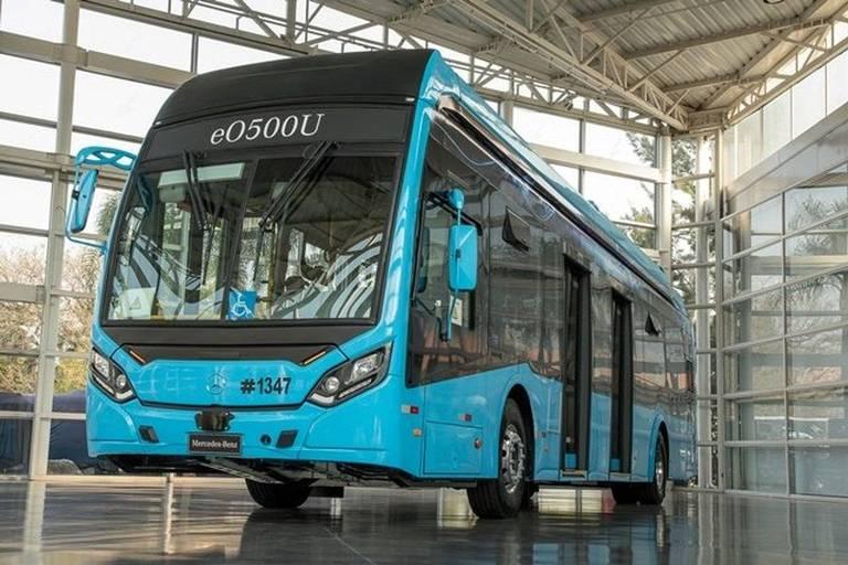 Mercedes investe na eletrificação de ônibus urbanos