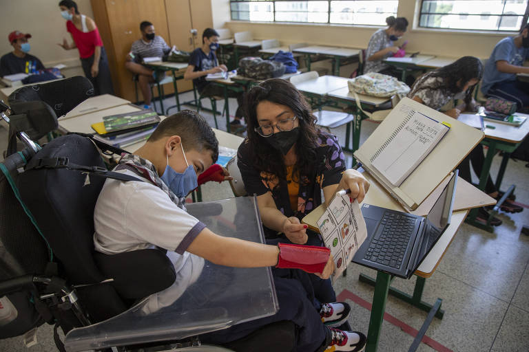 Pedro, 14, ao lado da professora Vanessa Albano, que o assiste na aula de ciência