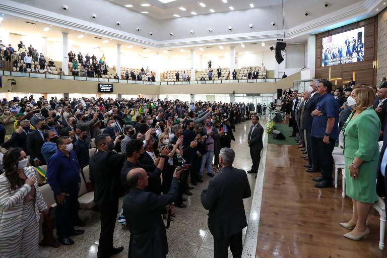 O presidente Jair Bolsonaro (de camisa azul no palco) participa de culto com líderes evangélicos em Goiânia
