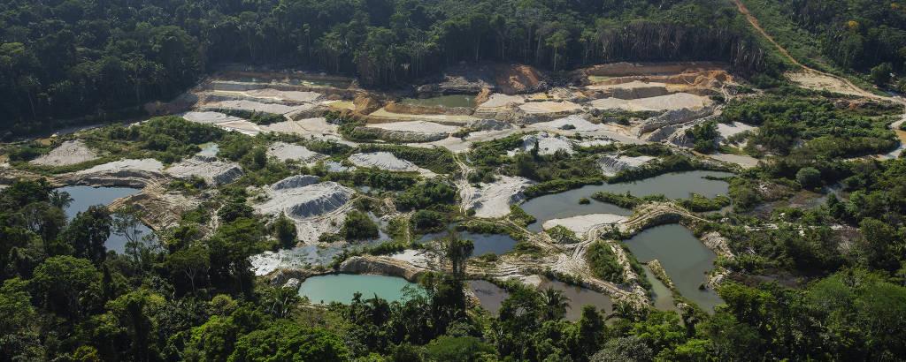 Diversas piscinas formadas por mineração em meio à floresta