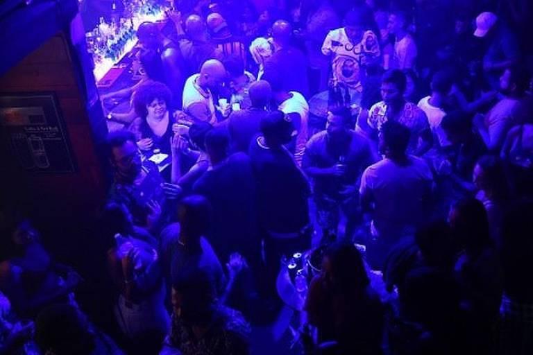 Locais fechados com aglomeração de pessoas sem máscara são de altíssimo risco para a covid-19