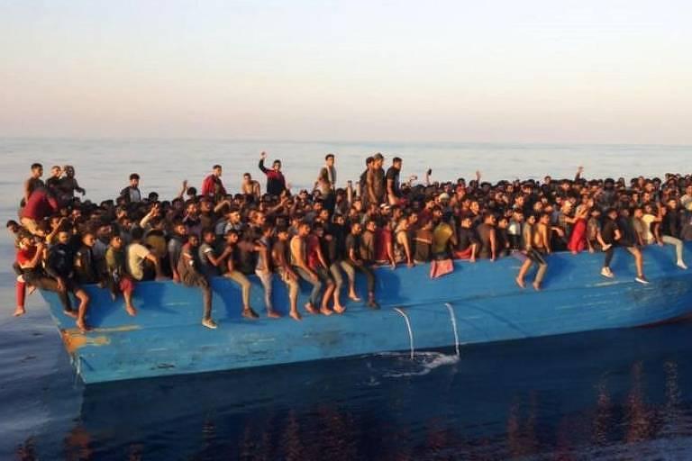 A impactante imagem de 500 migrantes 'transbordando' de barco encontrado perto da Itália