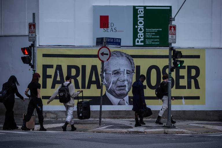 'Faria loser': cartazes críticos a Guedes aparecem em avenida de São Paulo