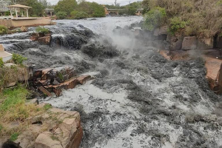 Após chuva na capital, água do Tietê fica preta em Salto, no interior de SP