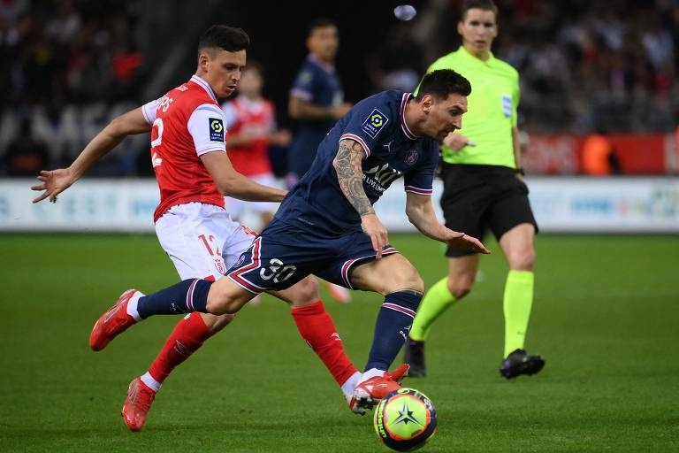 Messi tenta passar por Alexis Flips, do Reims