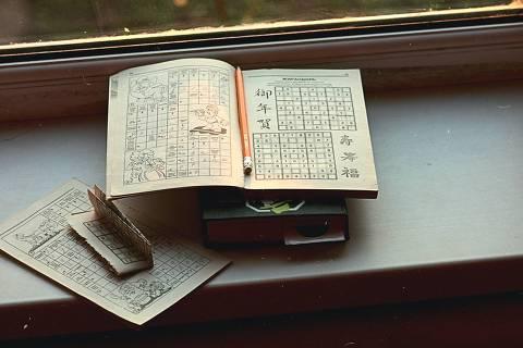 Sudoku - foto da revista com enigma sudoku - Unsplash - Web Stories
