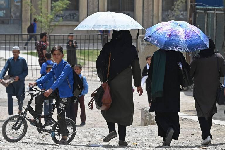 Talibã diz que mulheres poderão estudar no Afeganistão, mas separadas dos homens