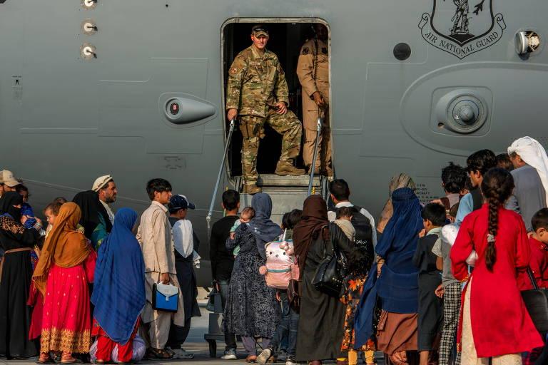 Sentimento coletivo de luto de afegãos dá lugar a receio diante da vida fora do país