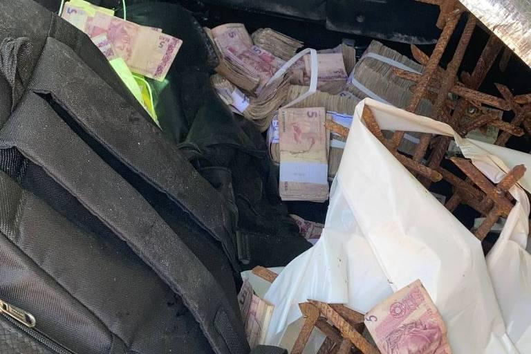 Imagens de pacote de dinheiro em interior de veículo