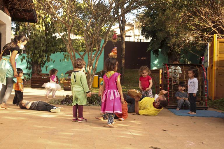 Crianças da educação infantil, brincando no jardim da jardim da escola