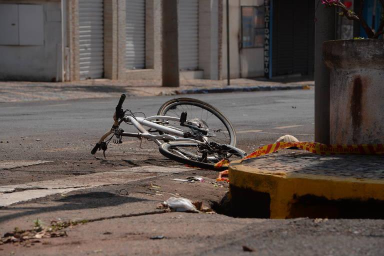 Área isolada pela polícia, onde um morador da cidade foi atingido por explosivo