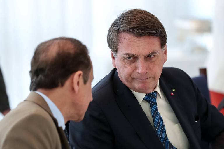 Bolsonaro, de frente, conversa com Skaf, que aparece de costas