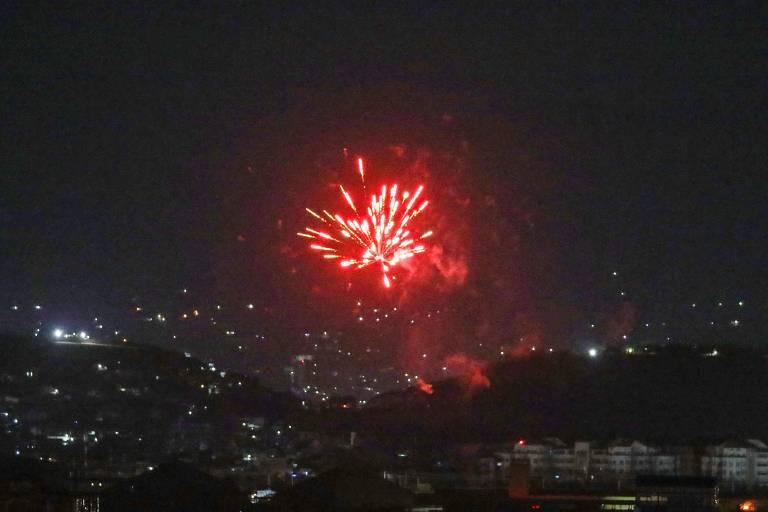 Fogos de artifício no céu de Cabul na madrugada de terça (31), horário local, após a confirmação da partida das últimas tropas americanas