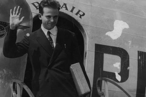 ORG XMIT: 091701_0.tif SÃO PAULO, SP, BRASIL, 10-12-1948: César Lattes, físico e professor de física nuclear, acena ao desembarcar no aeroporto de Congonhas, em São Paulo (SP). (Foto: Folhapress)