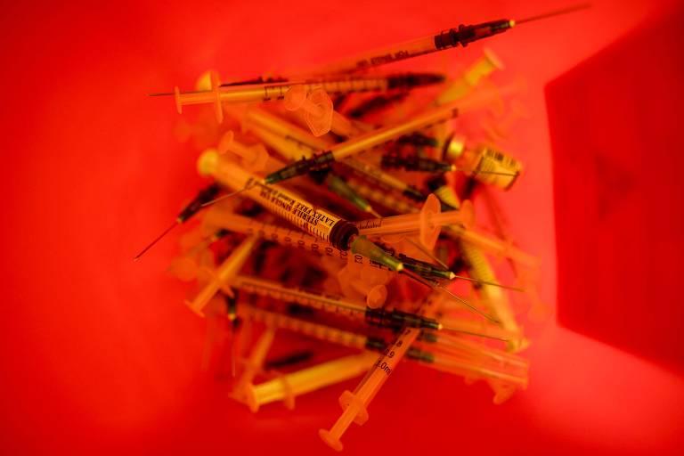 seringas em balde veremelho