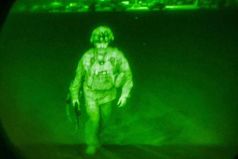 Imagem fantasmagórica de militar americano ao deixar Afeganistão entra para a história