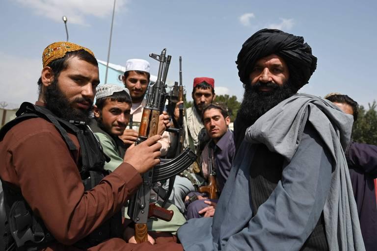 Talibãs na traseira de uma picape em local próximo ao aeroporto internacional de Cabul