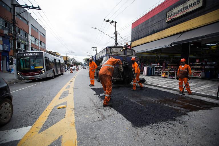 Pedidos de tapa-buraco quase dobram em São Paulo e chegam a 15 por hora
