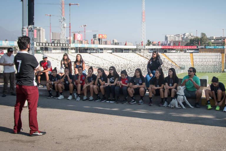Estádio de jogo do Brasil é sala de aula para atletas do Colo-Colo
