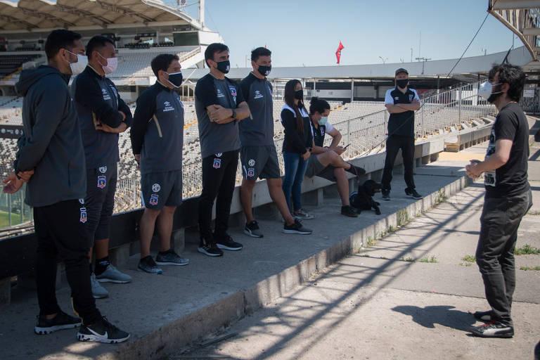 No início de cada temporada, o Colo-Colo promove uma espécie de curso sobre a história do clube com os novos reforços e a comissão técnica. Na imagem, o atual treinador da equipe, Gustavo Quinteros (quarto da esquerda para a direita), assiste à aula sobre os episódios marcantes dos 96 anos da instituição