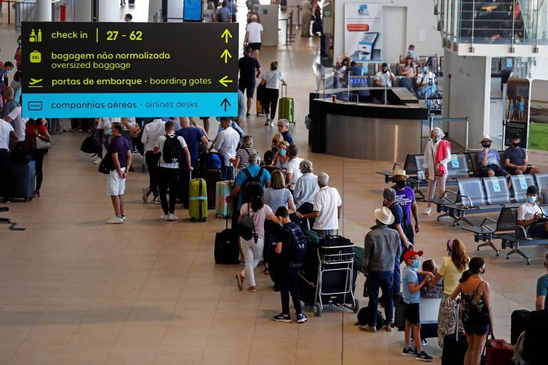 Passageiros formam filas no aeroporto de Faro, em Portugal