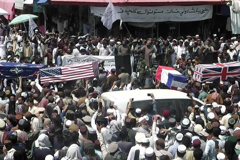 Talibãs celebram saída dos EUA e carregam caixões com bandeiras de países ocidentais