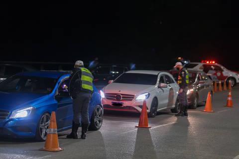 SÃO PAULO, SP, BRASIL, 30-08-2021 - BLITZE LEI SECA - Dados do Detran aponta aumento do número de motoristas flagrados nas Blitze da lei seca. Avenida Paulo VI.(Foto: Ronny Santos/Folhapress, CIDADES)